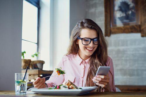 dégonfler le ventre : manger lentement et en mâchant bien