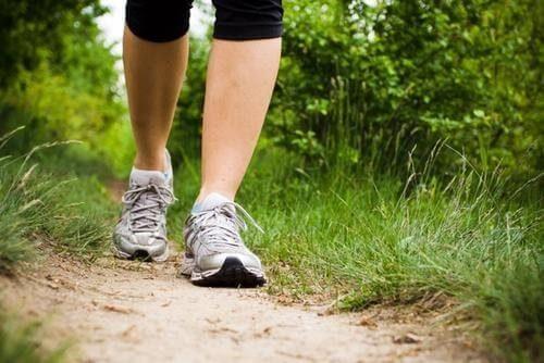 Marcher pour renforcer le corps.