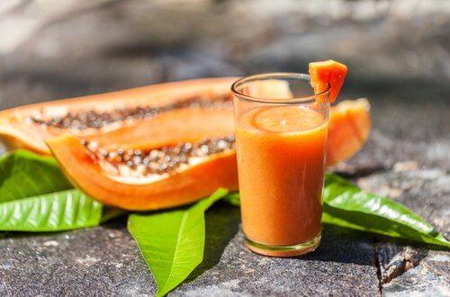 Smoothie à la papaye, la pomme et l'avoine.