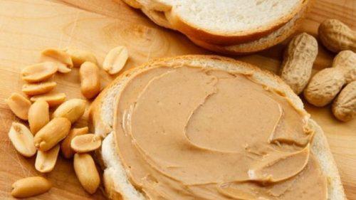 avoine et du beurre de cacahuètes au petit-déjeuner