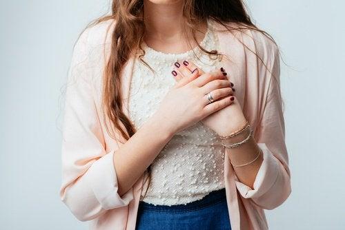 Une crise cardiaque peut avoir pour origine l'hypertension.