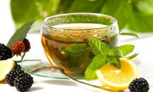 Consommer du thé vert au citron.