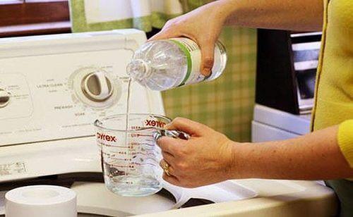 Le vinaigre blanc contreles mauvaises odeurs de vos vêtements.