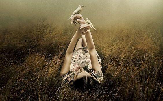 jeune fille dans un prie et avec des oiseaux