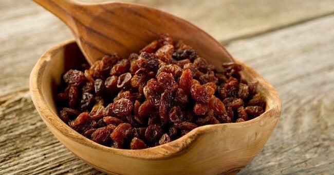 raisons de consommer des raisins secs : adieu à la constipation