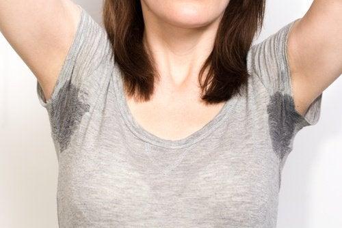 femme souffrant de transpiration excessive