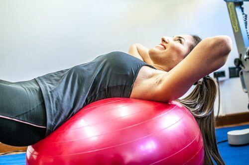 Première série d'exercices à réaliser avec un ballon de gym