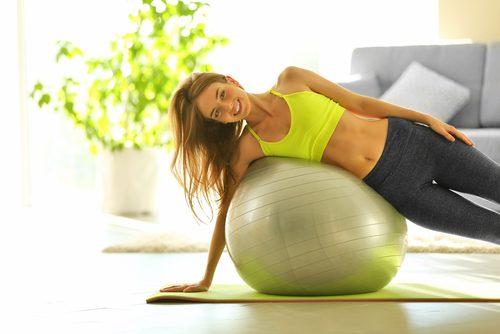 deuxième série d'exercices à réaliser avec un ballon de gym