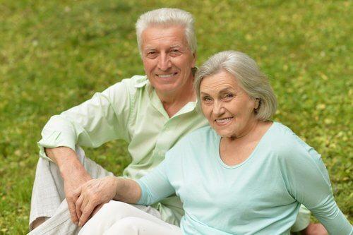 un couple heureux dans la vieillesse