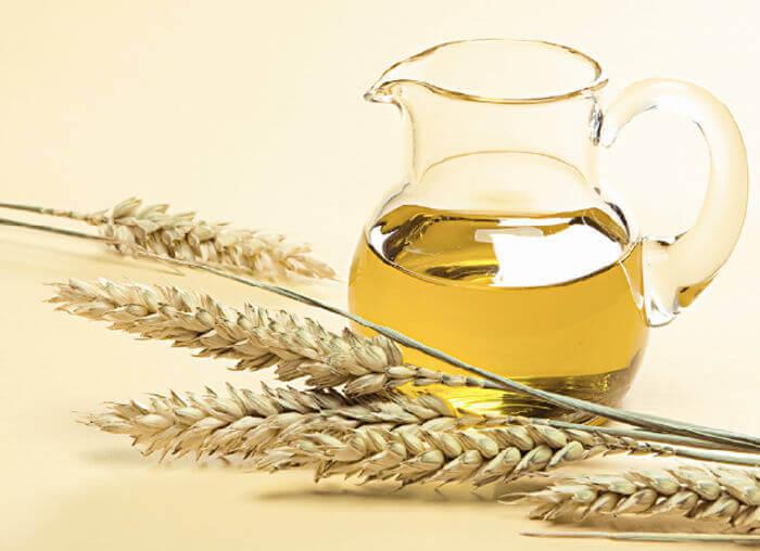 Huile de germe de blé dans une carafe