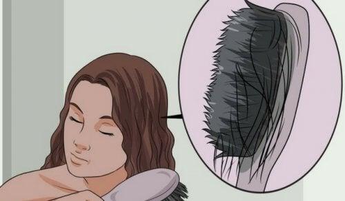 Cheveux fins : causes et aliments pour éviter la chute