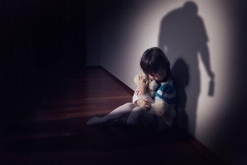 enfant qui a peur d'un parent alcoolique