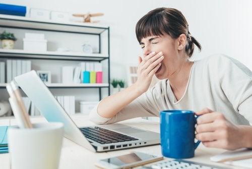 femme qui baille devant l'ordinateur