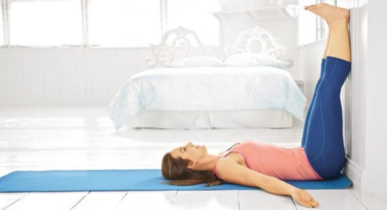 Mettre les jambes en l'air permet de réduire les œdèmes.
