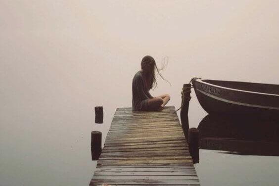 femme seul au bord de l'eau