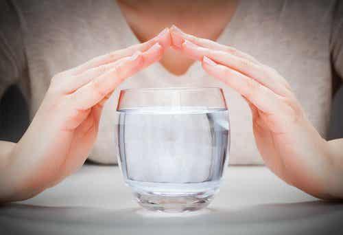 Les effets de boire un verre d'eau une DEMI-HEURE avant de manger
