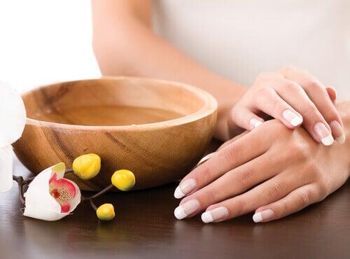 Prendre soin des ongles avec des massages.
