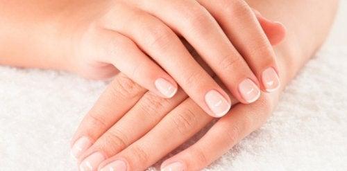 9 astuces pour prendre soin des ongles à l'intérieur et à l'extérieur de manière naturelle