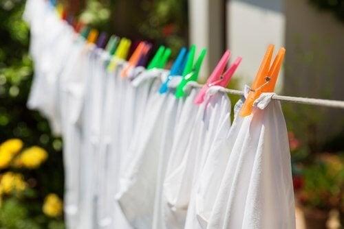 Astuces pour redonner de la blancheur aux vêtements