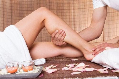 Faire des massages pour éviter la rétention de liquides.