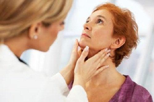 docteur qui détecte un problème de thyroïde