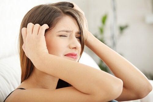 femme qui souffre de migraine