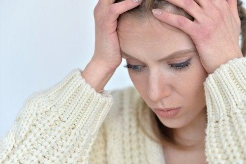 femme ayant une migraine