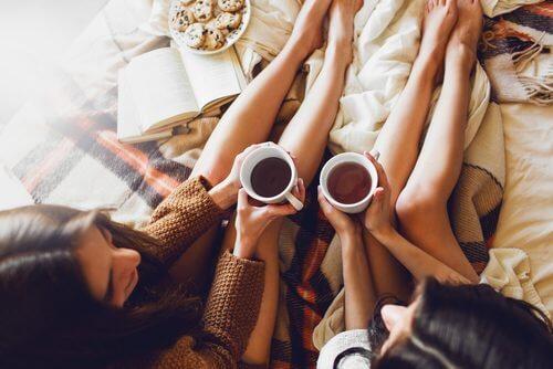 femmes buvant une infusion pour lutter contre les jambes lourdes