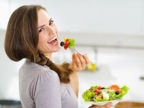 Consommer plus de fruits et légumes pour éviter la rétention de liquides.