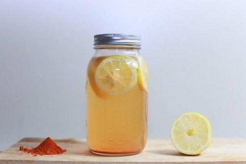 boisson au curcuma et à l'eau citronnée