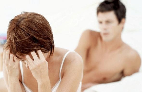 couple qui se dispute au lit