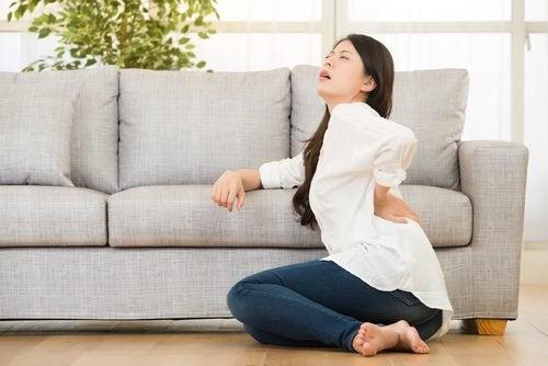 femme souffrant de douleurs lombaires