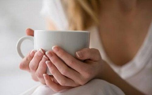 Boire des infusions calmantes pour les lombaires.