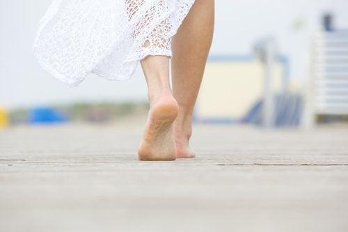 La marche sur la plage, vous aidera à bâtir votre force mentale.