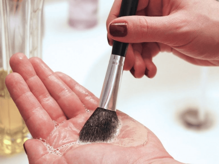 pinceau-maquillage-main