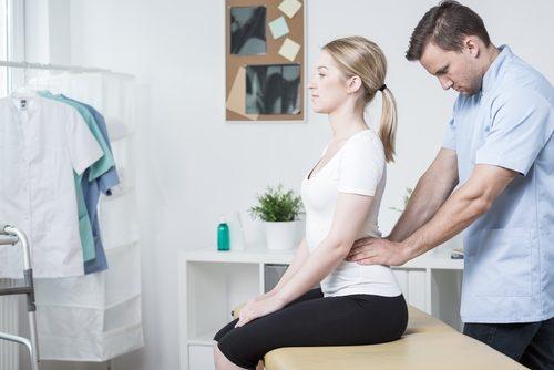 médecin soignant les douleurs lombaires