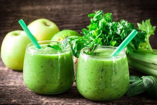 Eliminez vos toxines en un mois avec du citron, du céleri et de la pomme verte