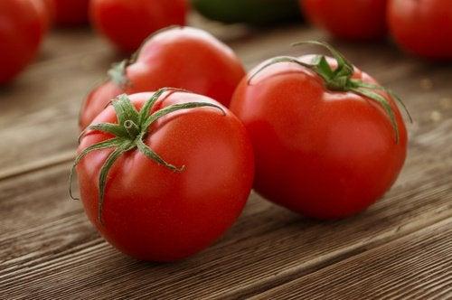 La tomate contre les cors.