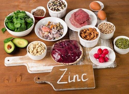 Le zinc aide à prévenir la chute des cheveux.