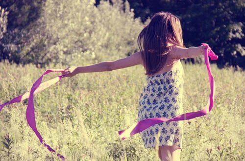 jeune fille dans un champs