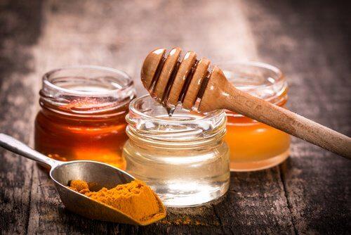 réduire les rides avec un masque au miel et curcuma