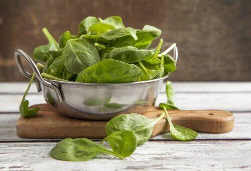 remèdes naturels pour réduire l'hypertension : épinards