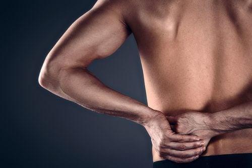 étirements aidés pour soulager la tendinite de l'épaule