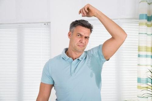 Remèdes naturels contre la transpiration des aisselles : infusion de sauge