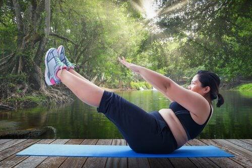 femme faisant des exercices
