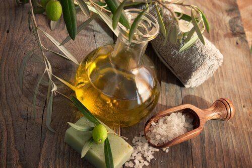 L'huile d'olive pour les cheveux secs.