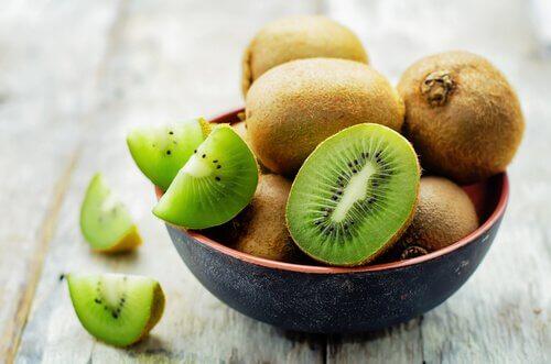 le kiwi pour contrôler l'ostéoporose pendant la ménopause