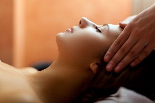 Massage contre les maux de tête.
