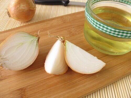 Remède à l'oignon et à l'huile d'argan pour lutter contre la chute des cheveux.