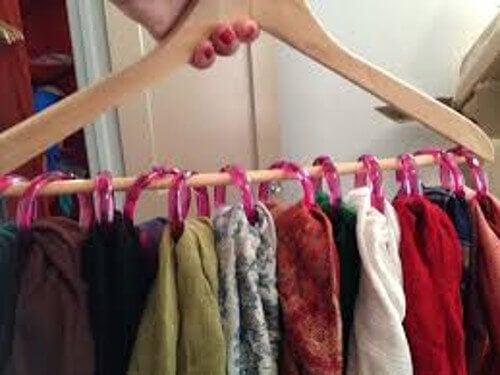 Vos vêtements sur des cintres.